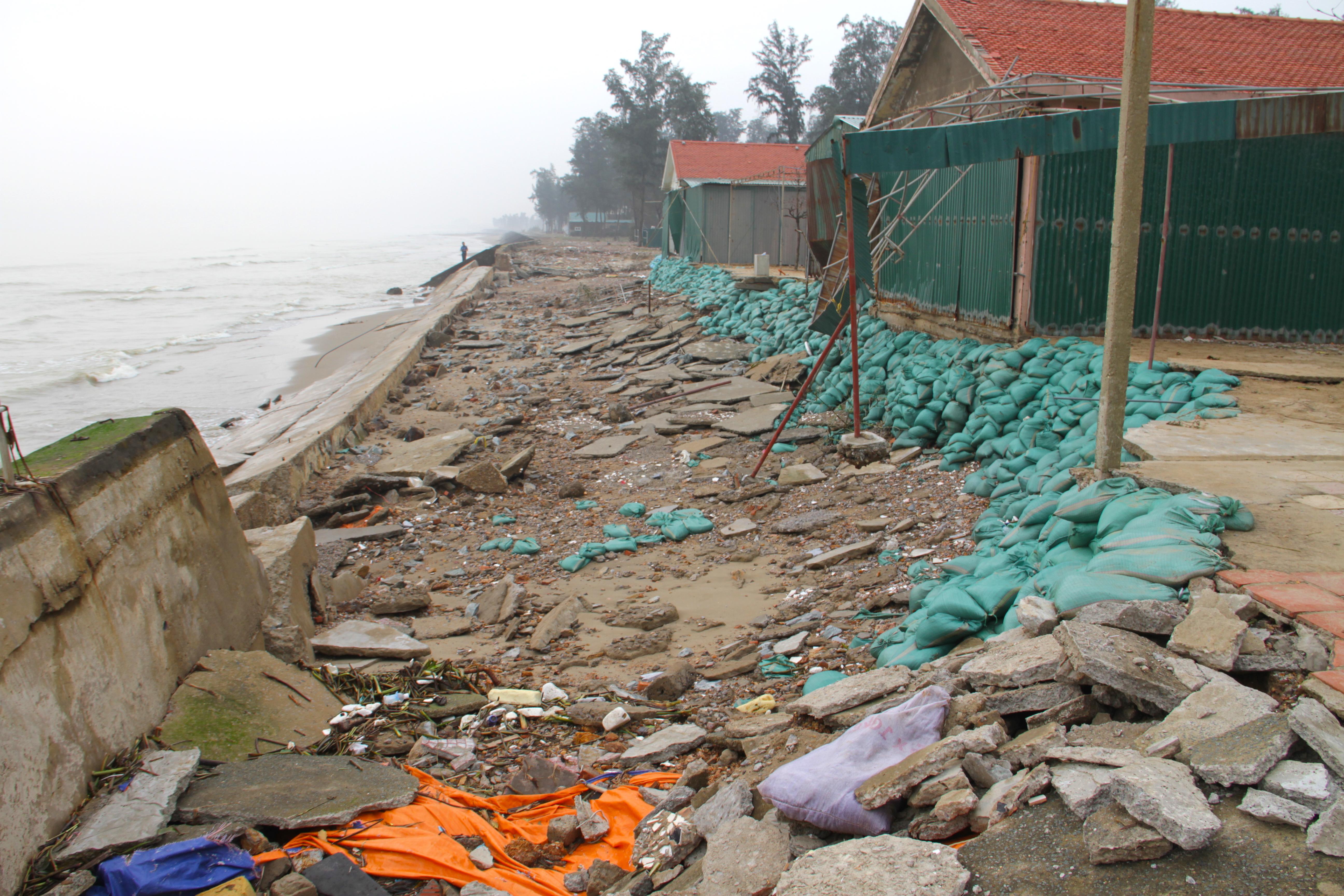 Cận cảnh gần 4km tuyến kè, đê biển Cửa Lò tan hoang sau bão lũ, hàng quán điêu đứng - Ảnh 12.
