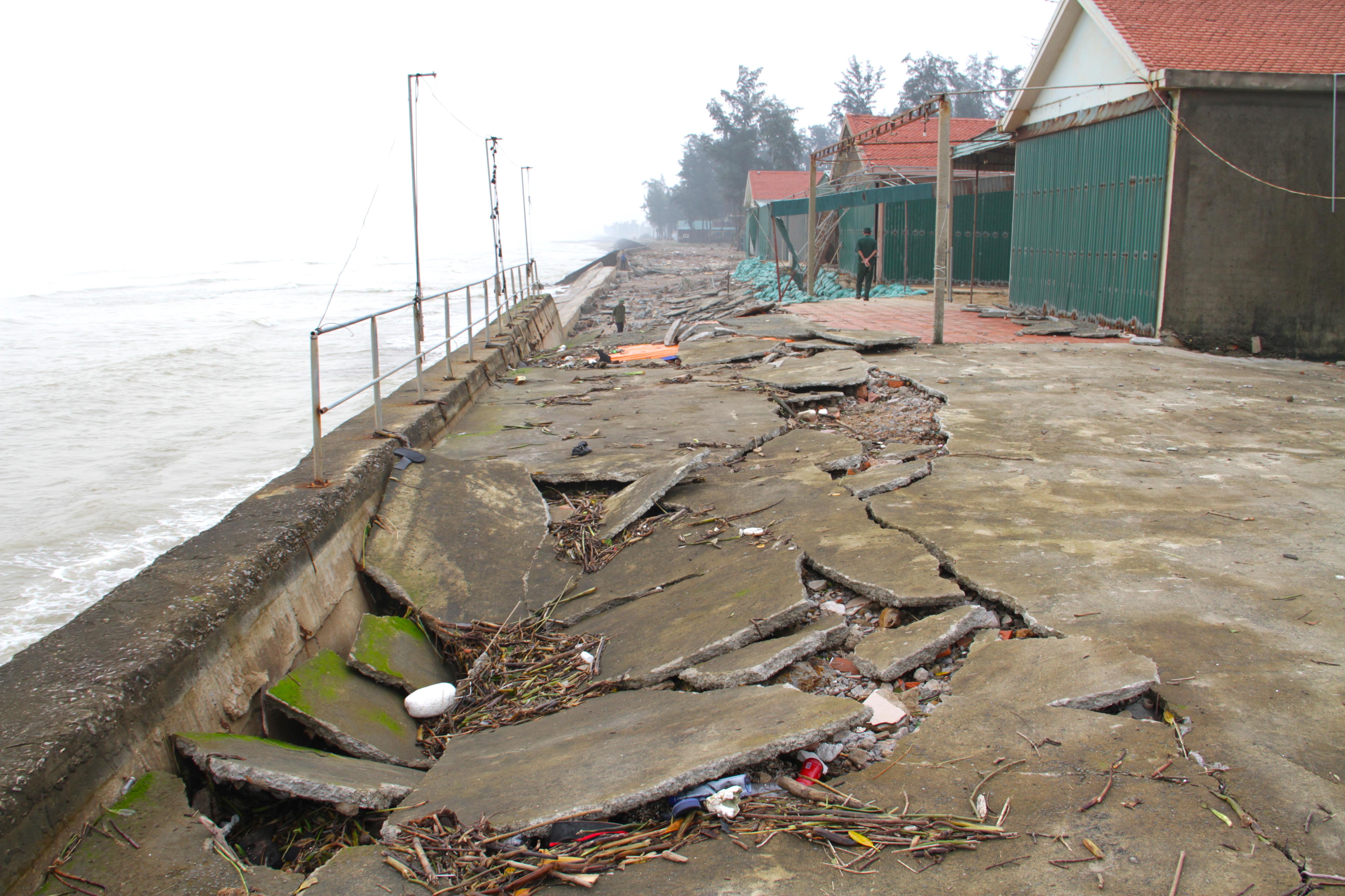 Cận cảnh gần 4km tuyến kè, đê biển Cửa Lò tan hoang sau bão lũ, hàng quán điêu đứng - Ảnh 27.
