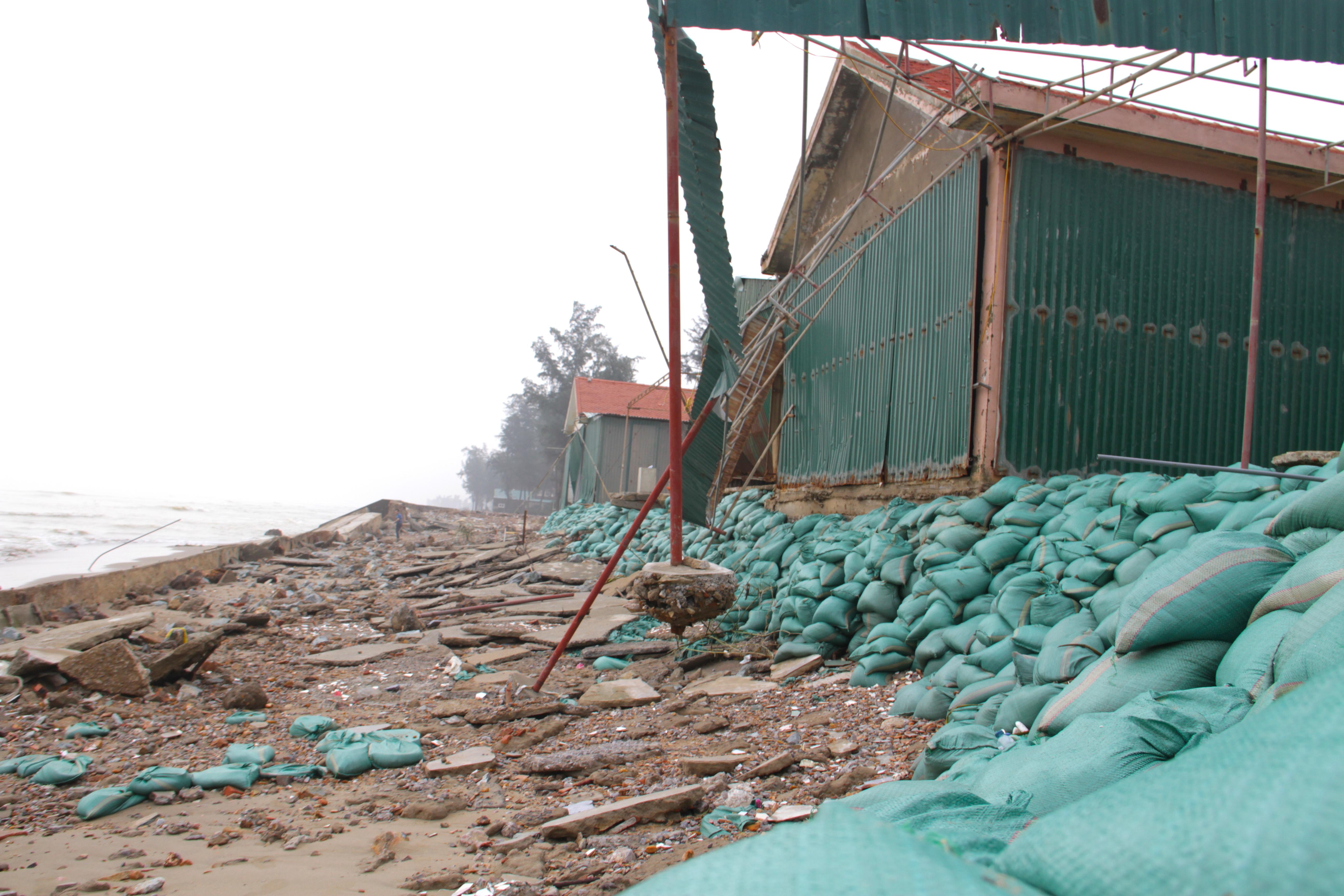 Cận cảnh gần 4km tuyến kè, đê biển Cửa Lò tan hoang sau bão lũ, hàng quán điêu đứng - Ảnh 13.