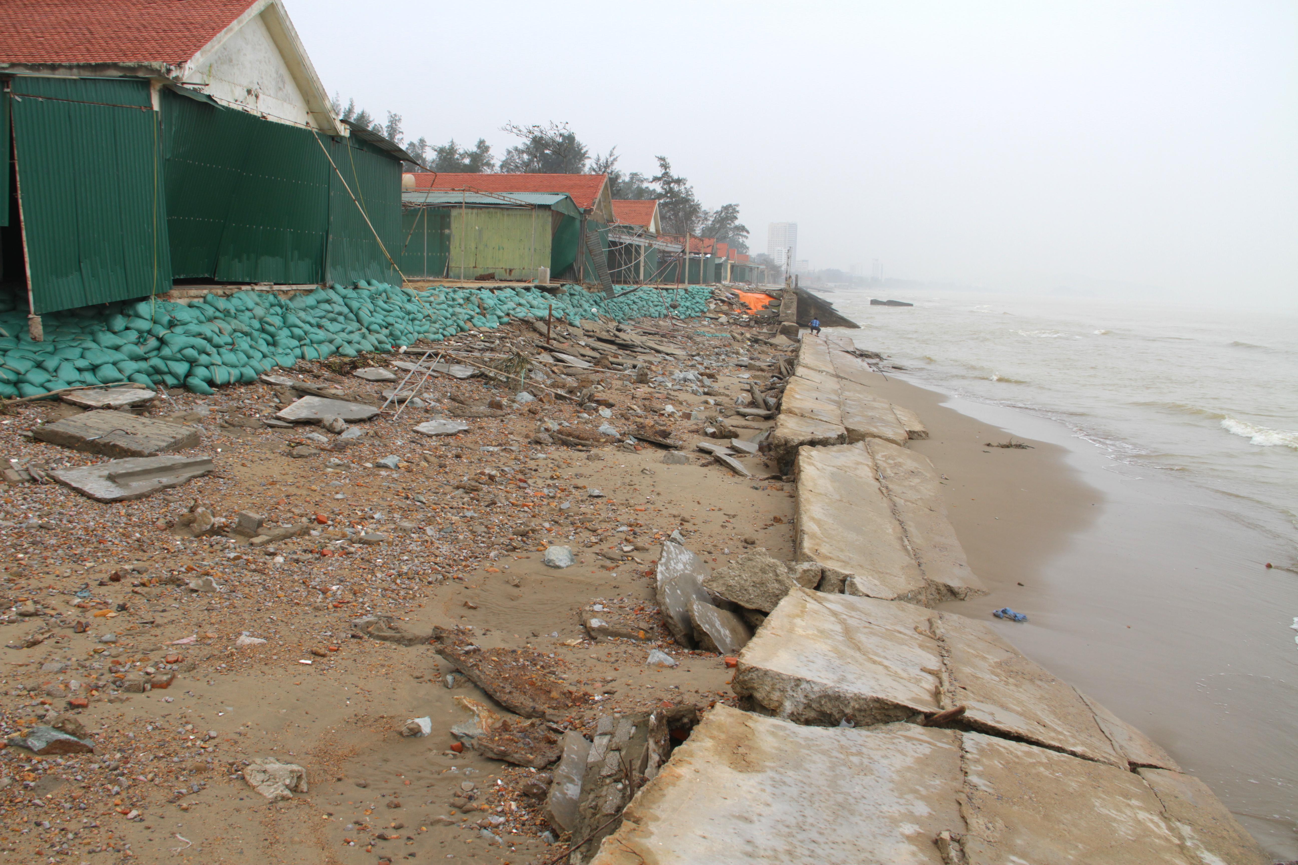 Cận cảnh gần 4km tuyến kè, đê biển Cửa Lò tan hoang sau bão lũ, hàng quán điêu đứng - Ảnh 15.