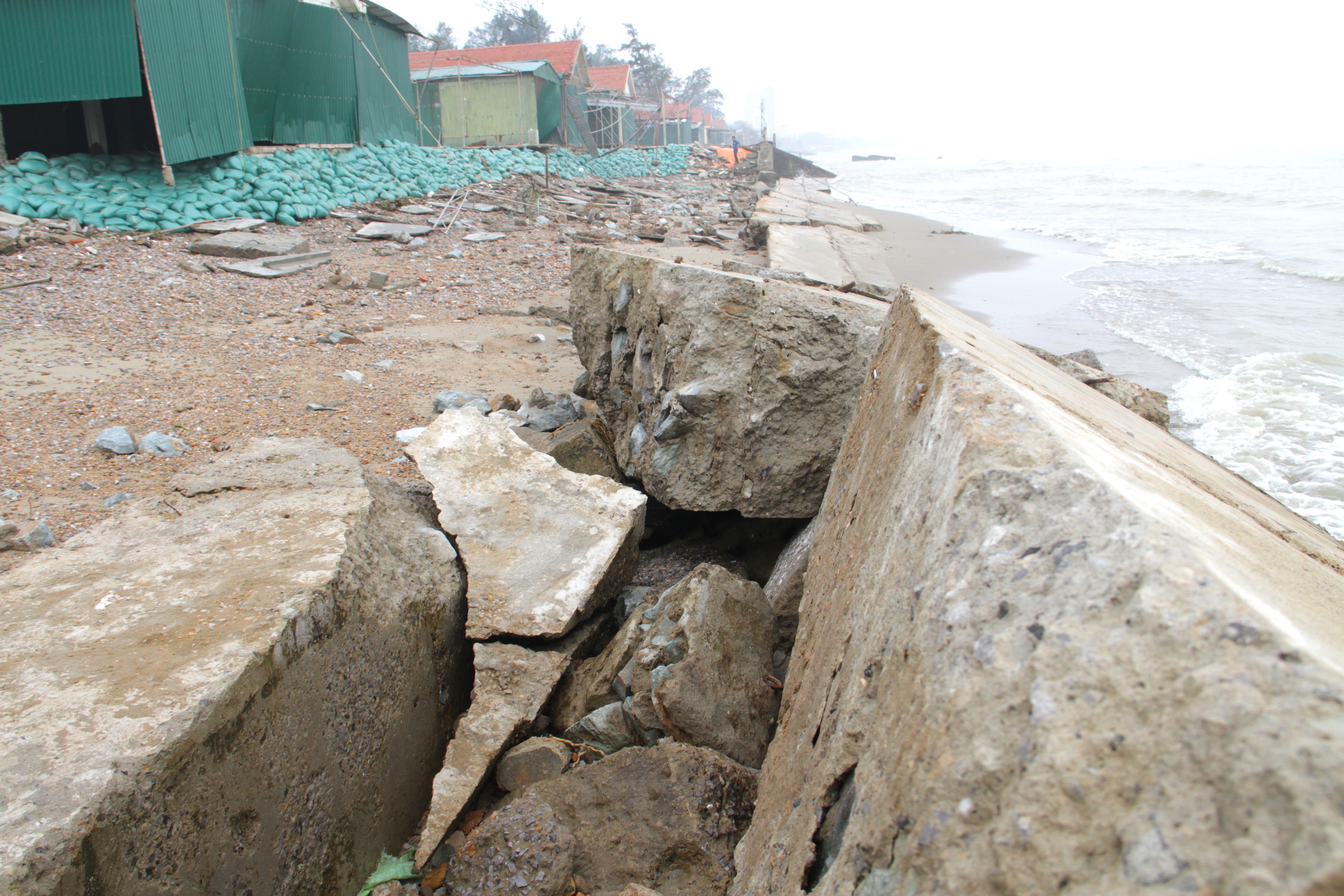 Cận cảnh gần 4km tuyến kè, đê biển Cửa Lò tan hoang sau bão lũ, hàng quán điêu đứng - Ảnh 16.