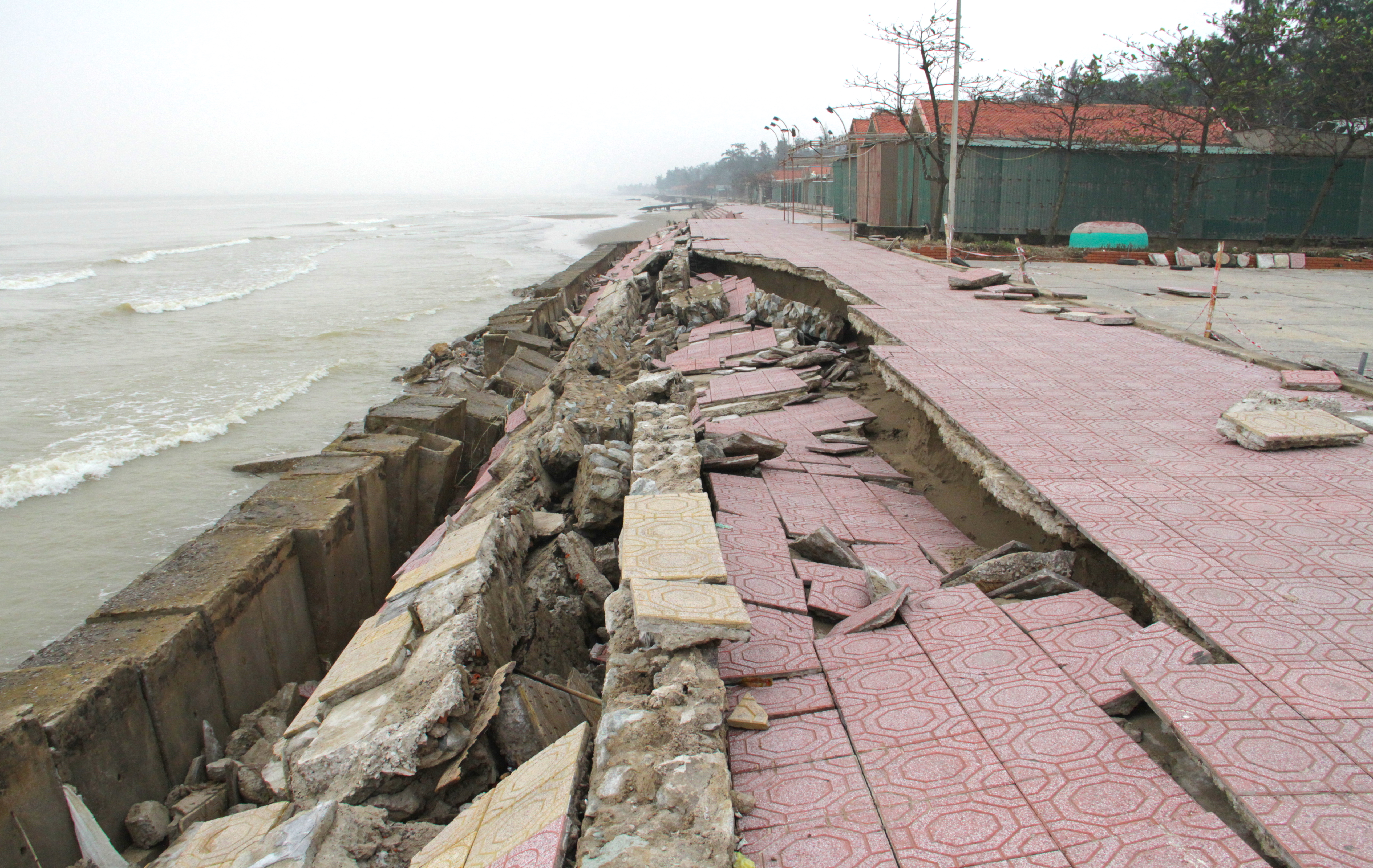 Cận cảnh gần 4km tuyến kè, đê biển Cửa Lò tan hoang sau bão lũ, hàng quán điêu đứng - Ảnh 17.