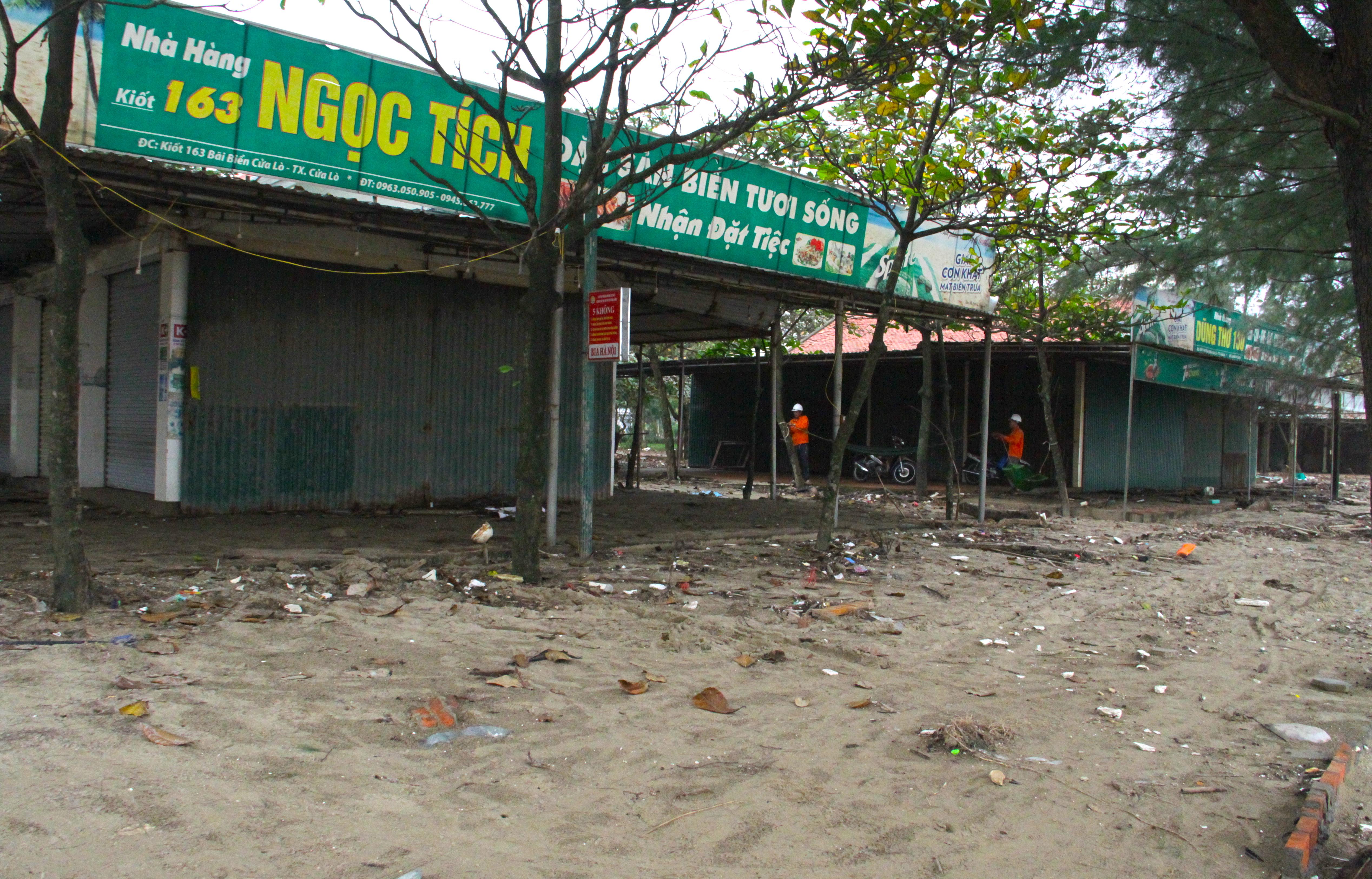 Cận cảnh gần 4km tuyến kè, đê biển Cửa Lò tan hoang sau bão lũ, hàng quán điêu đứng - Ảnh 2.