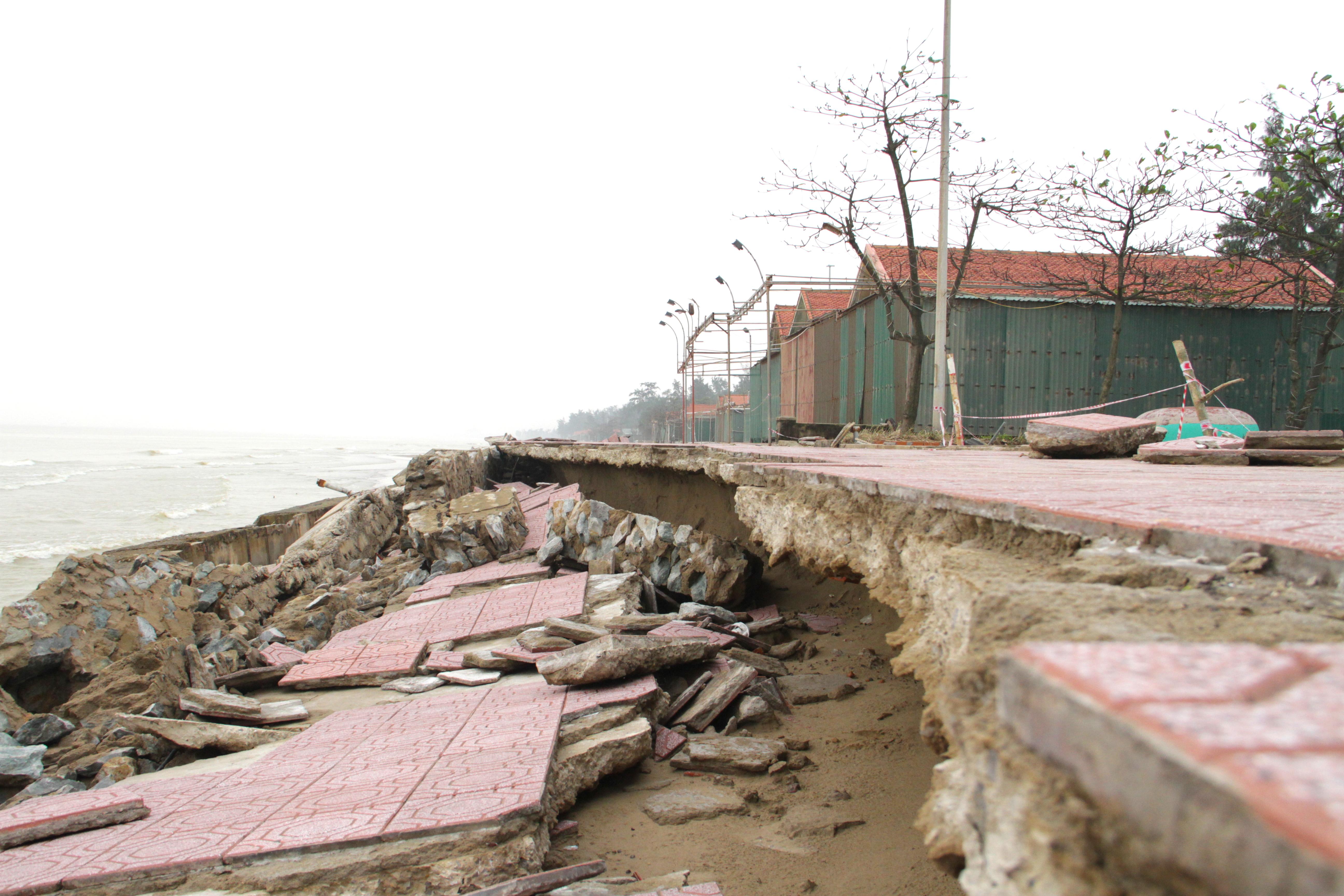 Cận cảnh gần 4km tuyến kè, đê biển Cửa Lò tan hoang sau bão lũ, hàng quán điêu đứng - Ảnh 19.