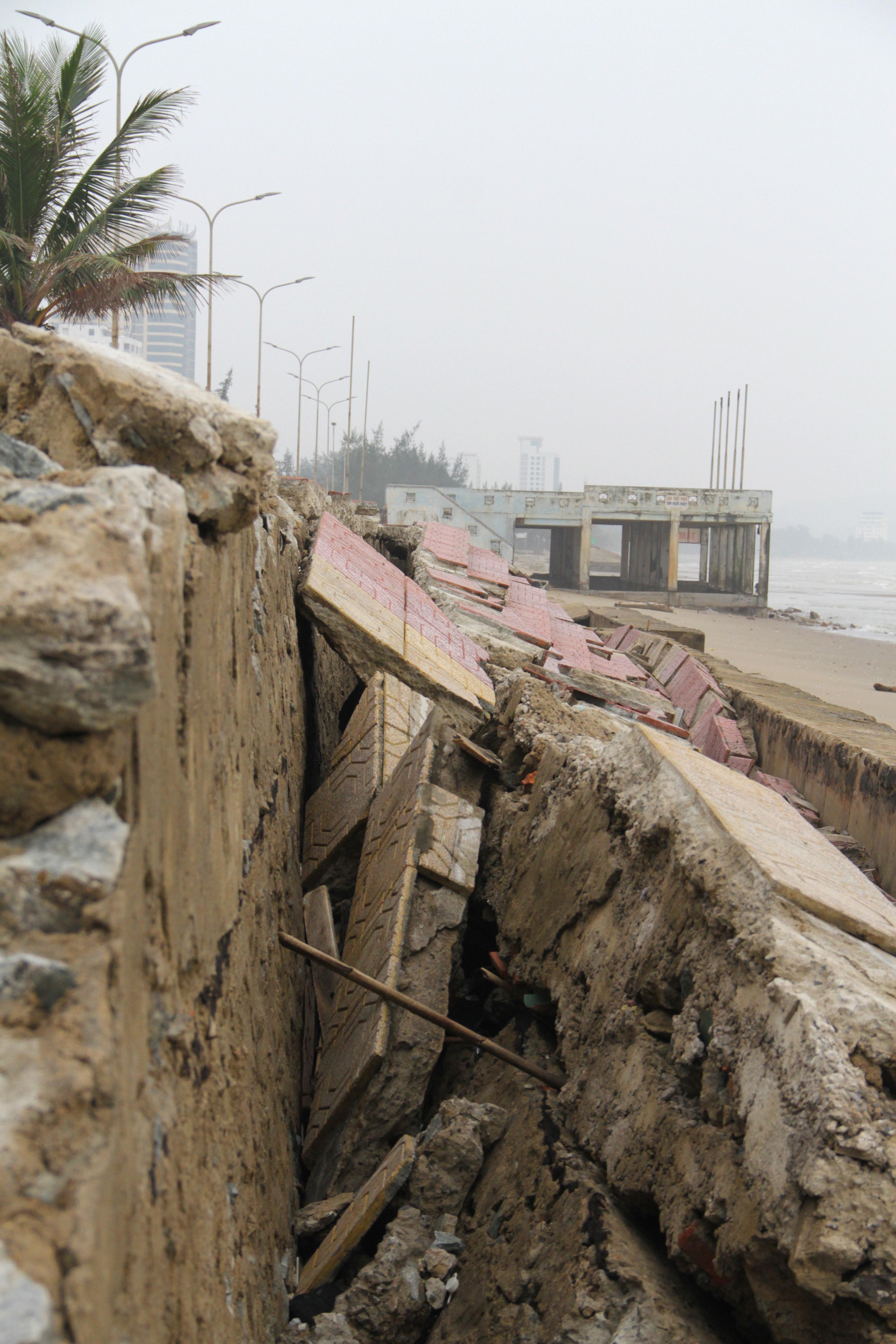 Cận cảnh gần 4km tuyến kè, đê biển Cửa Lò tan hoang sau bão lũ, hàng quán điêu đứng - Ảnh 21.
