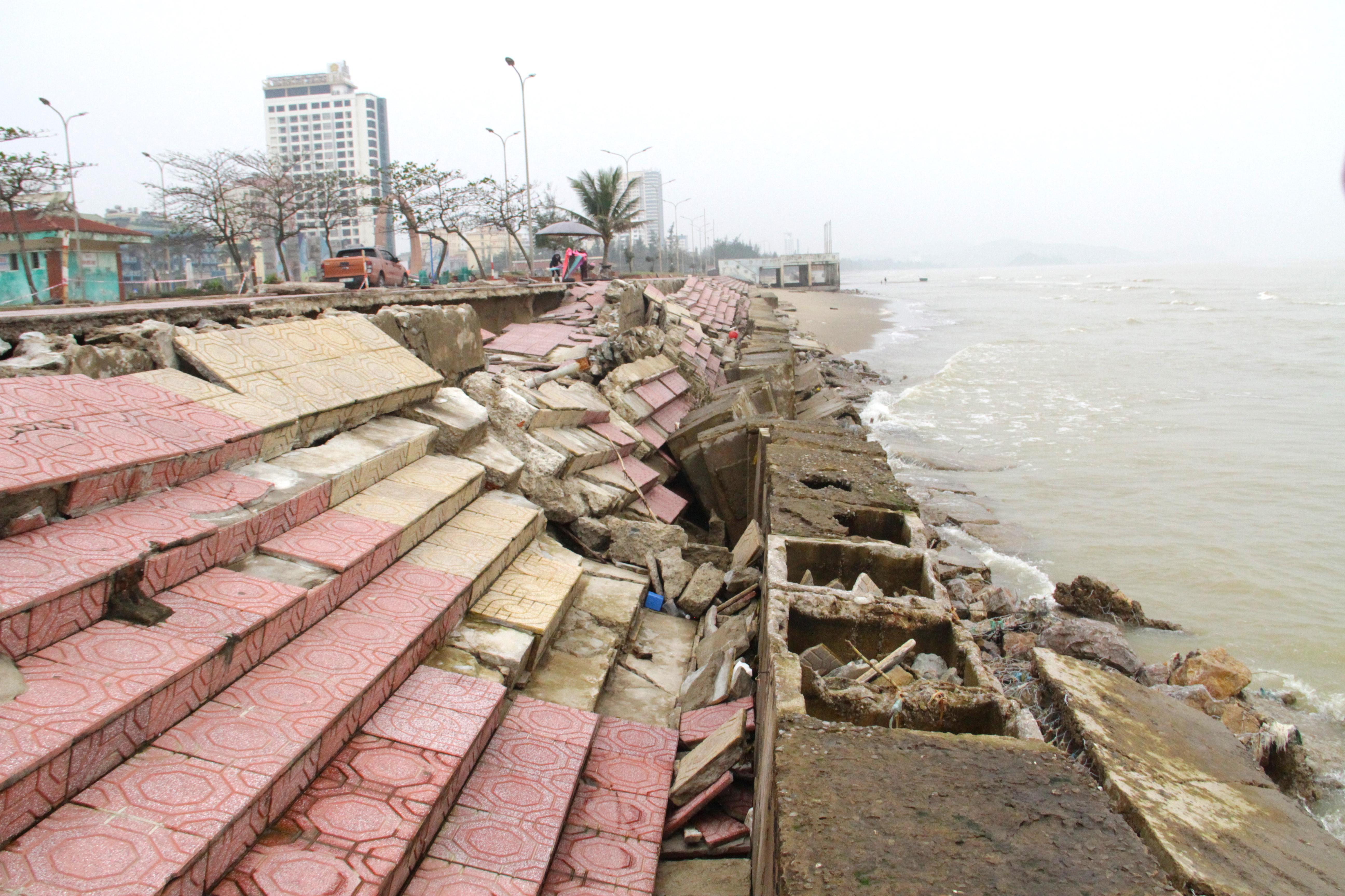 Cận cảnh gần 4km tuyến kè, đê biển Cửa Lò tan hoang sau bão lũ, hàng quán điêu đứng - Ảnh 23.