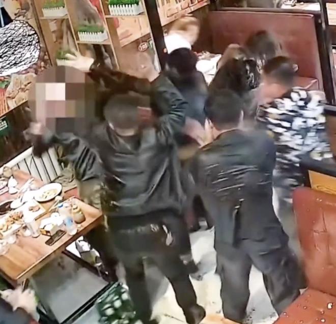 Người đàn ông bất ngờ hất thẳng nồi lẩu sôi vào mặt nữ thực khách gây ẩu đả lớn tại nhà hàng chỉ vì lý do nhỏ nhặt - Ảnh 2.