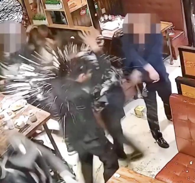 Người đàn ông bất ngờ hất thẳng nồi lẩu sôi vào mặt nữ thực khách gây ẩu đả lớn tại nhà hàng chỉ vì lý do nhỏ nhặt - Ảnh 3.