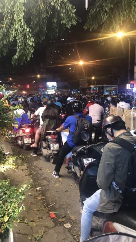 Người dân chôn chân cả tiếng trên phố Hà Nội: Buổi tối thứ 5 kinh hoàng, chật vật về nhà - Ảnh 4.