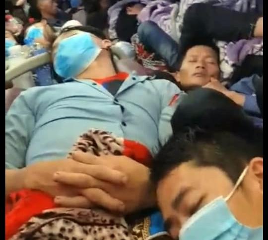 [Clip] Xe giường nằm 44 chỗ nhồi khách kín cả đường luồn xe, 3-4 người/giường, lưu thông qua hàng loạt tỉnh thành - Ảnh 1.