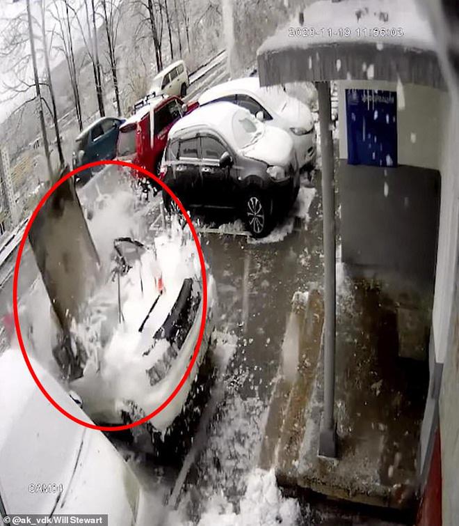 Thấy tuyết rơi bất thường, người đàn ông nhìn lên trời rồi nhanh trí chạy mất dép, thoát chết trong gang tấc - Ảnh 2.
