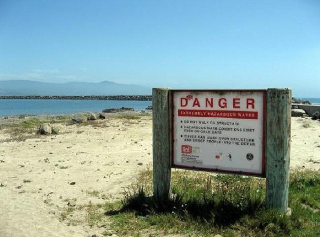 Tấm biển cảnh báo về nguy hiểm.