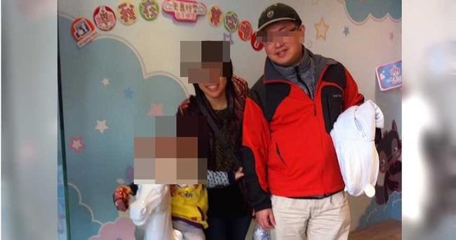 Cô Trương chụp ảnh cùng chồng và con nhỏ.