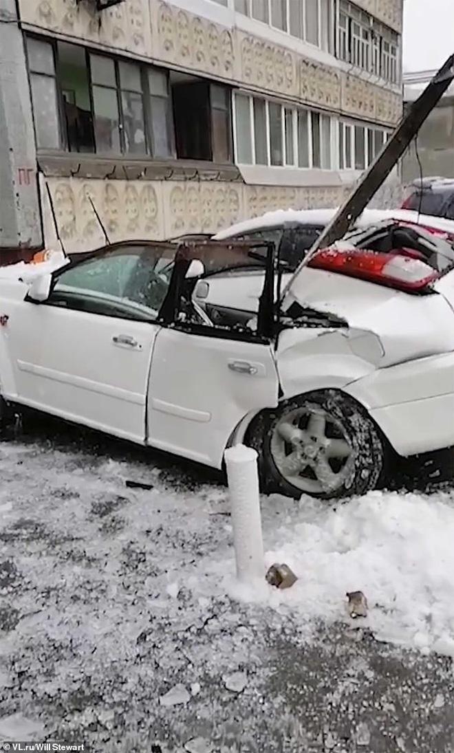 Thấy tuyết rơi bất thường, người đàn ông nhìn lên trời rồi nhanh trí chạy mất dép, thoát chết trong gang tấc - Ảnh 4.