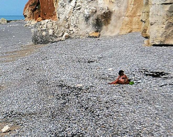 Thảnh thơi mặc bikini ngồi hóng mát trên bãi biển, cô gái không ngờ mình may mắn thoát chết trong gang tấc - Ảnh 4.