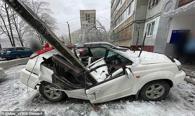 Thấy tuyết rơi bất thường, người đàn ông nhìn lên trời rồi nhanh trí chạy mất dép, thoát chết trong gang tấc - Ảnh 5.
