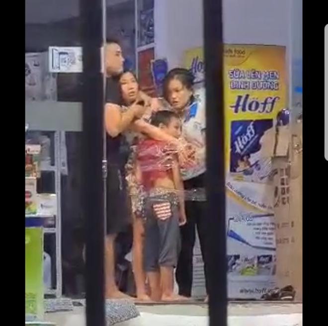 Nam thanh niên nghi ngáo đá, dùng dao khống chế 2 mẹ con và nữ nhân viên ở Sài Gòn - Ảnh 2.