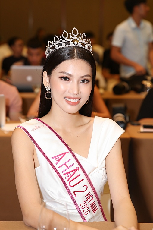Á hậu 2 Hoa hậu Việt Nam nói gì khi bị đồn là gà Vũ Khắc Tiệp? - Ảnh 1.