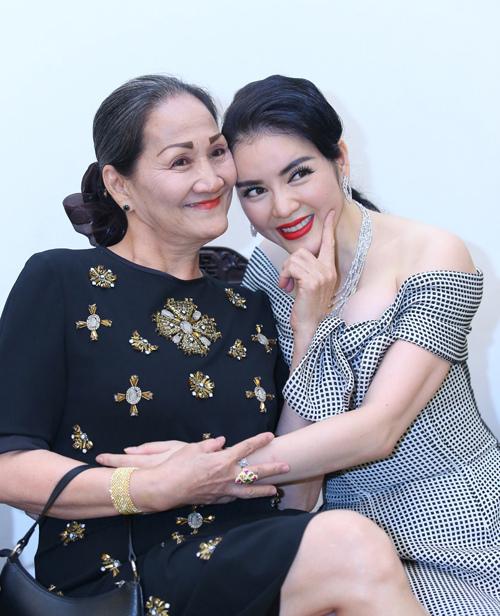 Lý Nhã Kỳ mua hẳn nhà tại Singapore, hủy tham gia Cannes để chữa bệnh cho mẹ suốt 6 năm - Ảnh 1.