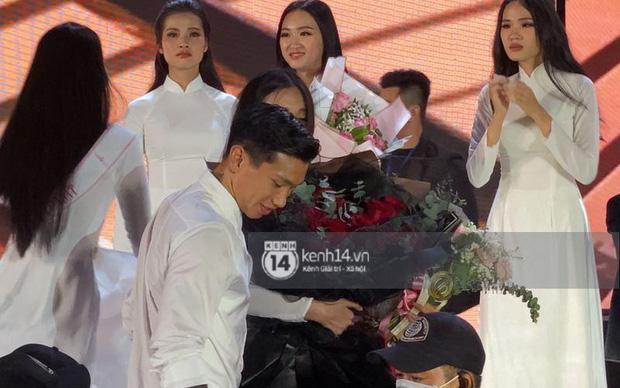 HOT: Văn Hậu tặng hoa hồng đỏ và ôm an ủi Doãn Hải My ngay trên sân khấu Hoa hậu - Ảnh 1.