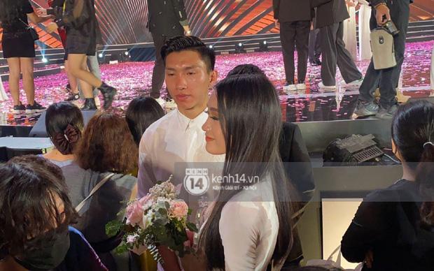 HOT: Văn Hậu tặng hoa hồng đỏ và ôm an ủi Doãn Hải My ngay trên sân khấu Hoa hậu - Ảnh 2.