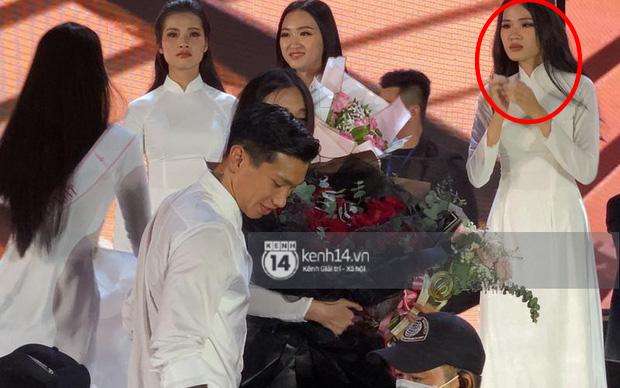 Biểu cảm ơ mây zing của gái đẹp khi chứng kiến Đoàn Văn Hậu lên thẳng sân khấu tặng hoa cho Doãn Hải My - Ảnh 2.