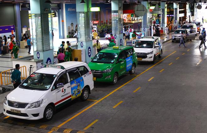 Phân làn tại sân bay Tân Sơn Nhất: Khách bức xúc vì đặt Grabcar 80 nghìn, gọi taxi truyền thống 300 nghìn - Ảnh 1.