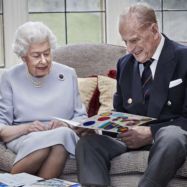 Đúng dịp kỷ niệm 73 năm ngày cưới của Nữ hoàng Anh, nhà Meghan Markle cố tình chiếm spotlight bằng thông tin gây xôn xao dư luận - Ảnh 1.