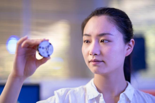 Với quá trình thực hiện chỉ vài phút đồng hồ, các nhà khoa học tạo ra kim cương hiếm ở nhiệt độ phòng - Ảnh 1.