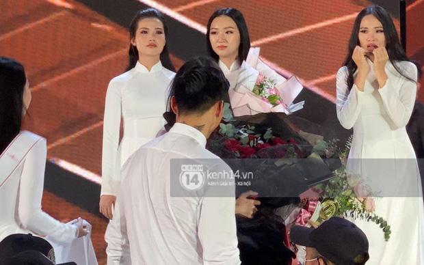 HOT: Văn Hậu tặng hoa hồng đỏ và ôm an ủi Doãn Hải My ngay trên sân khấu Hoa hậu - Ảnh 3.