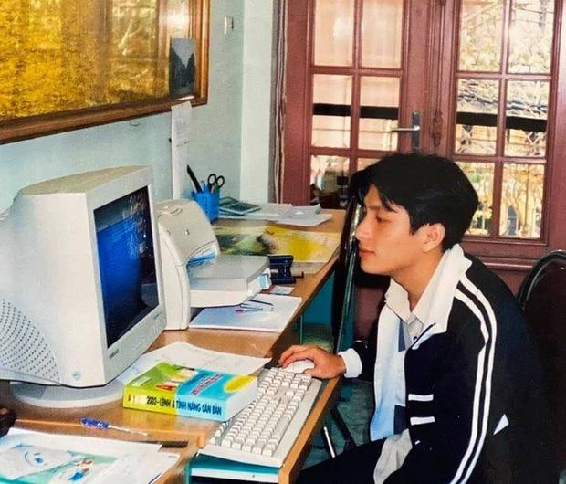 Bức ảnh nam thần bên chiếc máy bàn cũ từ nhiều năm trước và danh tính gây choáng - Ảnh 1.
