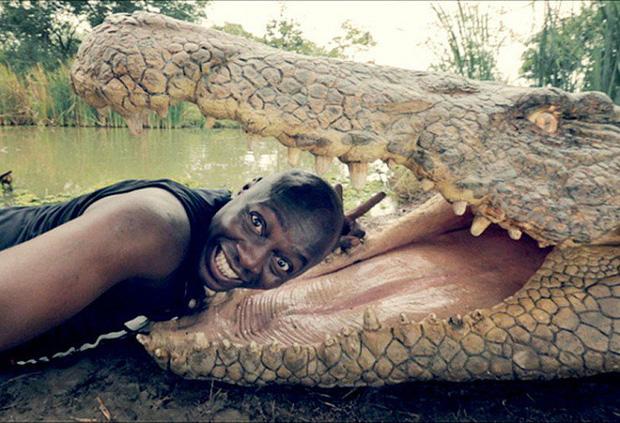 Đưa đầu vào miệng cá sấu cười toe toét, anh chàng khiến người xem bủn rủn tay chân và loạt ảnh selfie thách thức Tử thần không phải ai cũng dám thử - Ảnh 1.