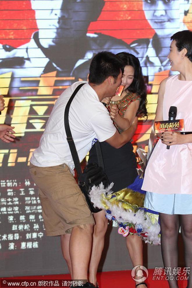 8 diễn viên Hoa ngữ tả tơi với fan cuồng: Lưu Diệc Phi bị quật ngã tại chỗ, số 4 gây phẫn nộ vì đồng nghiệp dửng dưng vô cảm - Ảnh 13.