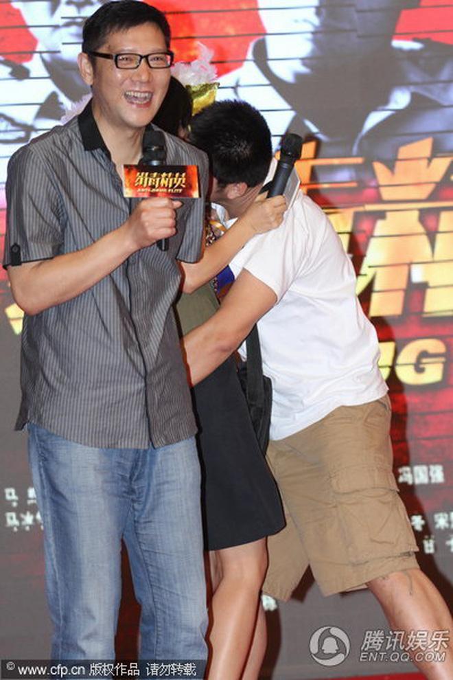 8 diễn viên Hoa ngữ tả tơi với fan cuồng: Lưu Diệc Phi bị quật ngã tại chỗ, số 4 gây phẫn nộ vì đồng nghiệp dửng dưng vô cảm - Ảnh 14.