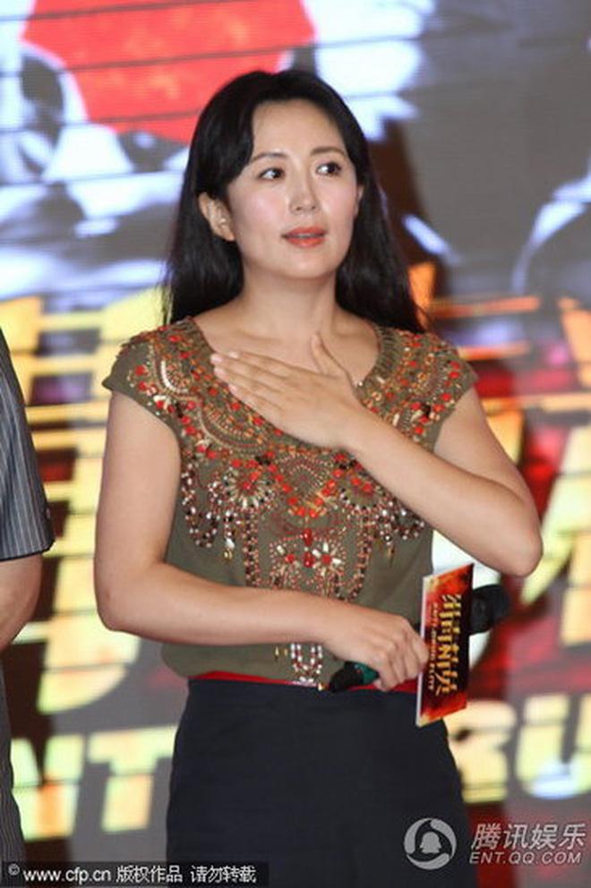 8 diễn viên Hoa ngữ tả tơi với fan cuồng: Lưu Diệc Phi bị quật ngã tại chỗ, số 4 gây phẫn nộ vì đồng nghiệp dửng dưng vô cảm - Ảnh 15.