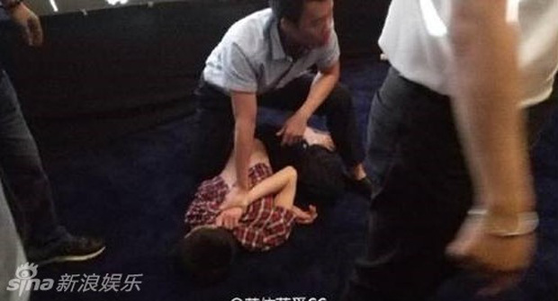 8 diễn viên Hoa ngữ tả tơi với fan cuồng: Lưu Diệc Phi bị quật ngã tại chỗ, số 4 gây phẫn nộ vì đồng nghiệp dửng dưng vô cảm - Ảnh 3.