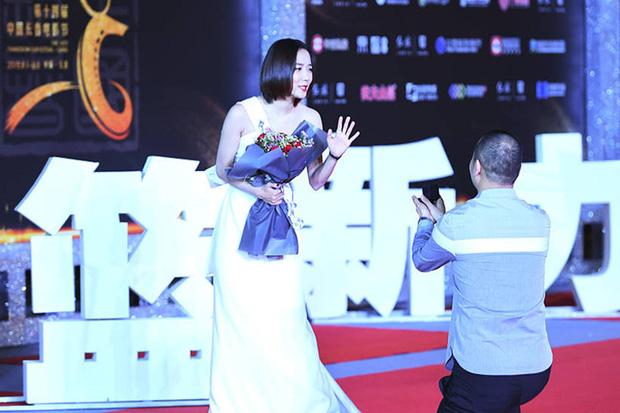8 diễn viên Hoa ngữ tả tơi với fan cuồng: Lưu Diệc Phi bị quật ngã tại chỗ, số 4 gây phẫn nộ vì đồng nghiệp dửng dưng vô cảm - Ảnh 22.