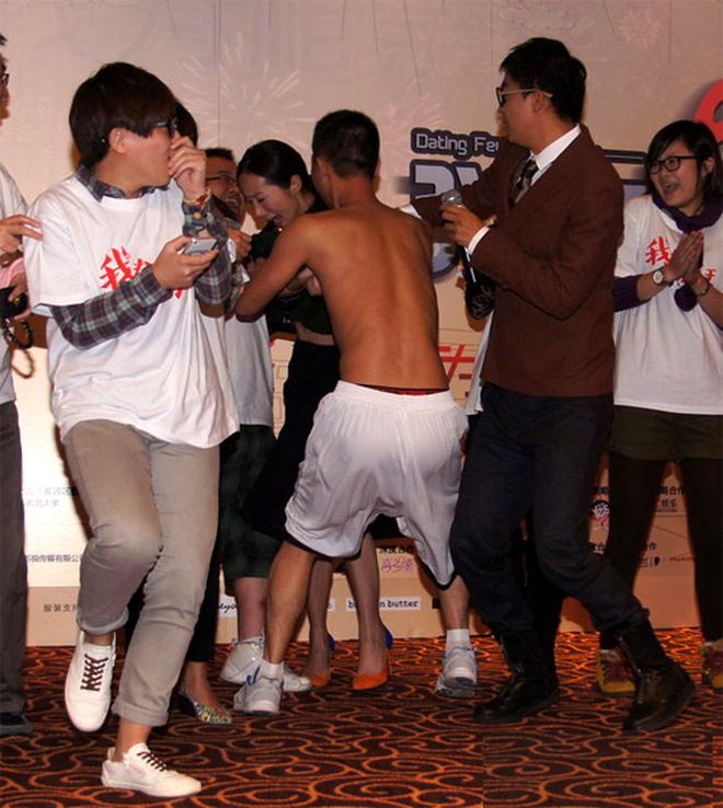 8 diễn viên Hoa ngữ tả tơi với fan cuồng: Lưu Diệc Phi bị quật ngã tại chỗ, số 4 gây phẫn nộ vì đồng nghiệp dửng dưng vô cảm - Ảnh 8.
