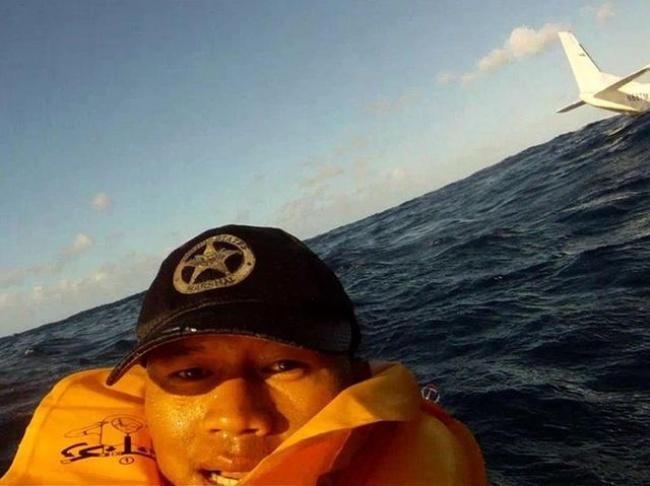Đưa đầu vào miệng cá sấu cười toe toét, anh chàng khiến người xem bủn rủn tay chân và loạt ảnh selfie thách thức Tử thần không phải ai cũng dám thử - Ảnh 8.