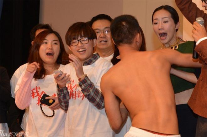 8 diễn viên Hoa ngữ tả tơi với fan cuồng: Lưu Diệc Phi bị quật ngã tại chỗ, số 4 gây phẫn nộ vì đồng nghiệp dửng dưng vô cảm - Ảnh 9.