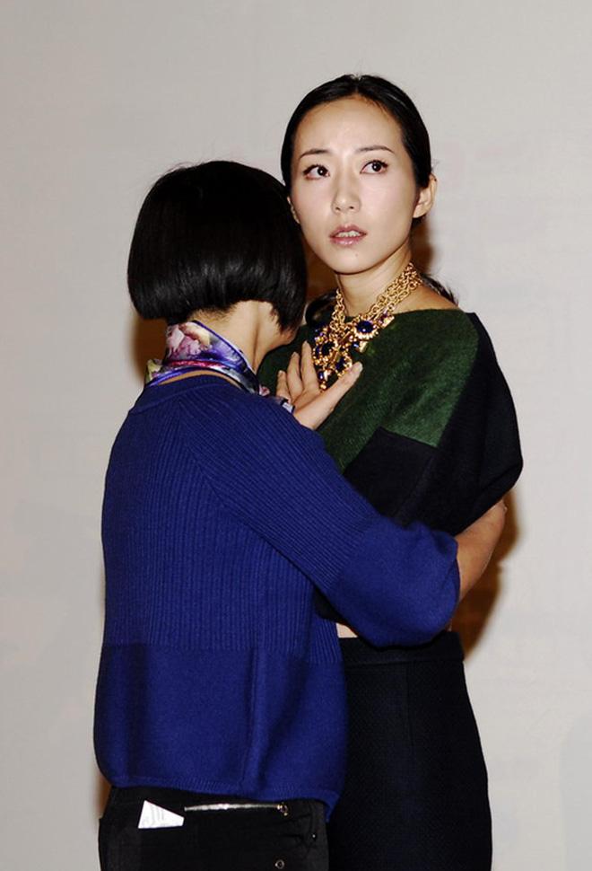 8 diễn viên Hoa ngữ tả tơi với fan cuồng: Lưu Diệc Phi bị quật ngã tại chỗ, số 4 gây phẫn nộ vì đồng nghiệp dửng dưng vô cảm - Ảnh 10.