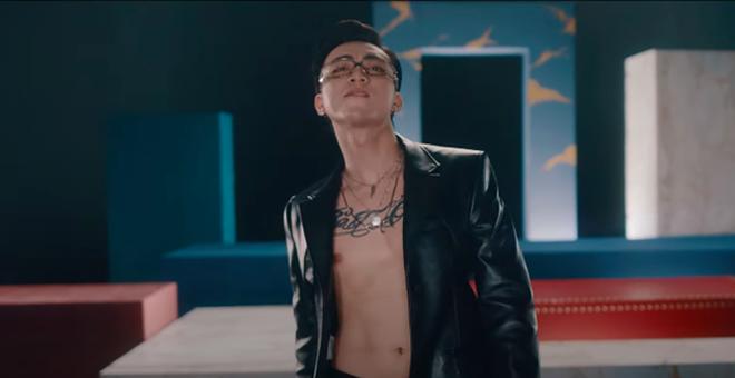 Soobin phanh áo khoe hình xăm trong MV mới - Ảnh 6.