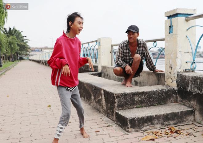 Bé gái bị teo não theo cha đi lượm ve chai ở bờ sông Sài Gòn: Ngồi chờ ba xíu, lát ba quay lại cõng con lên ghe nghen - Ảnh 2.
