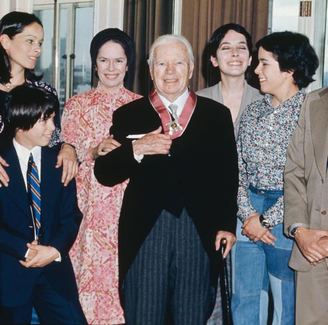 Diễn viên Charlie Chaplin cùng các con.