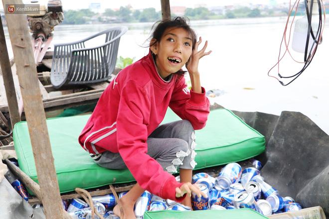 Bé gái bị teo não theo cha đi lượm ve chai ở bờ sông Sài Gòn: Ngồi chờ ba xíu, lát ba quay lại cõng con lên ghe nghen - Ảnh 11.