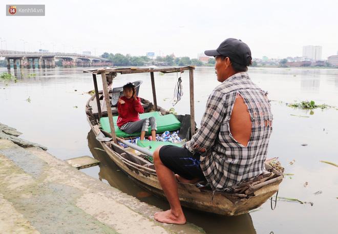 Bé gái bị teo não theo cha đi lượm ve chai ở bờ sông Sài Gòn: Ngồi chờ ba xíu, lát ba quay lại cõng con lên ghe nghen - Ảnh 12.
