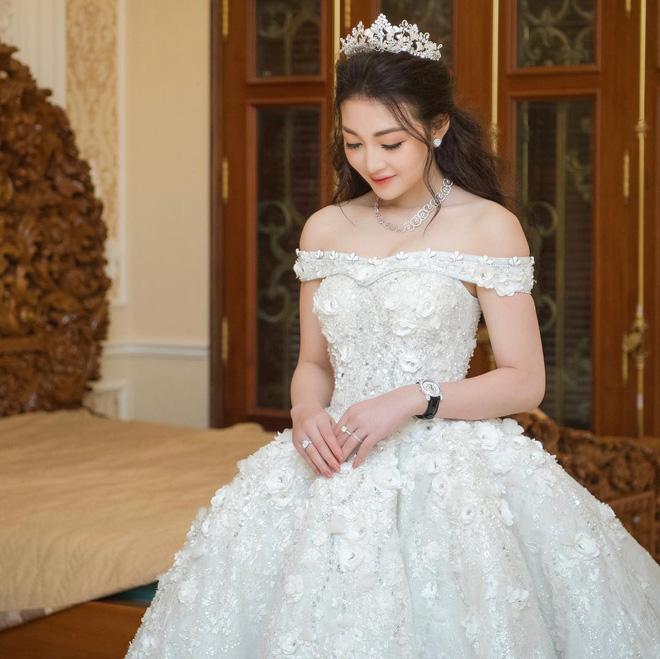 Hội gái xinh bỏ cuộc chơi từ năm 18, 19 tuổi: Người mặc váy cưới 28 tỷ, người được trao 200 cây vàng làm của hồi môn - Ảnh 15.