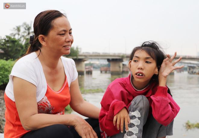 Bé gái bị teo não theo cha đi lượm ve chai ở bờ sông Sài Gòn: Ngồi chờ ba xíu, lát ba quay lại cõng con lên ghe nghen - Ảnh 14.