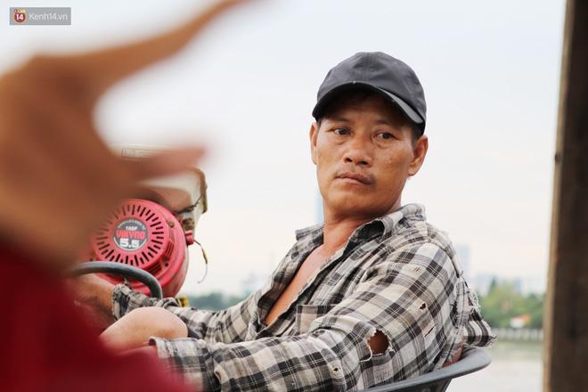 Bé gái bị teo não theo cha đi lượm ve chai ở bờ sông Sài Gòn: Ngồi chờ ba xíu, lát ba quay lại cõng con lên ghe nghen - Ảnh 15.