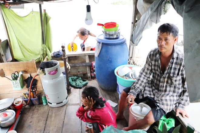 Bé gái bị teo não theo cha đi lượm ve chai ở bờ sông Sài Gòn: Ngồi chờ ba xíu, lát ba quay lại cõng con lên ghe nghen - Ảnh 17.